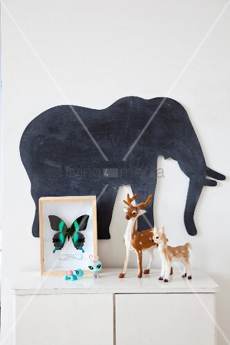 schmetterling hinter glas und kleine rehfiguren auf. Black Bedroom Furniture Sets. Home Design Ideas
