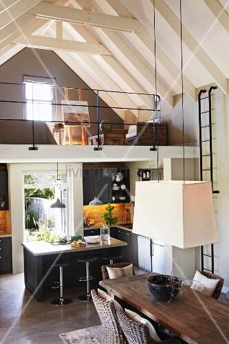 renoviertes landhaus mit offenem dachstuhl in weiss blick von oben auf weisse h ngeleuchte. Black Bedroom Furniture Sets. Home Design Ideas