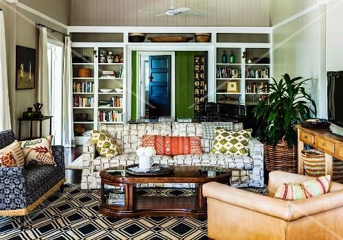 landhaus wohnzimmer mit verschiedenen polsterst hlen und gem tlichem sofa im mustermix um. Black Bedroom Furniture Sets. Home Design Ideas