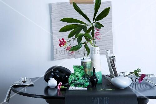 florale tischdeko mit aus zeitungspapier ausgeschnittener vasenform zwischen echten. Black Bedroom Furniture Sets. Home Design Ideas