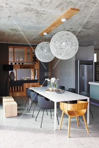 schlichter wei er esstisch in offenem designer essbereich mit puristischem elegantem holz. Black Bedroom Furniture Sets. Home Design Ideas
