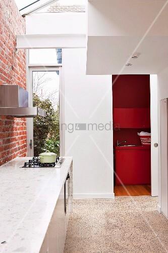 schmale zeitgen ssische k che mit oberlicht in deckenbereich an ziegelwand k chenzeile mit. Black Bedroom Furniture Sets. Home Design Ideas