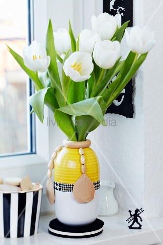 weisse tulpen in vase mit holzperlenkette dekoriert auf fensterbank bild kaufen living4media. Black Bedroom Furniture Sets. Home Design Ideas