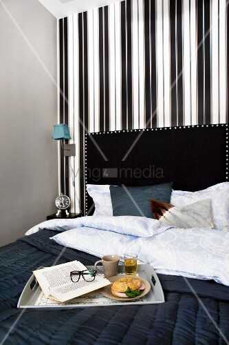 fr hst ckstablett auf schwarzer tagesdecke im bett mit. Black Bedroom Furniture Sets. Home Design Ideas