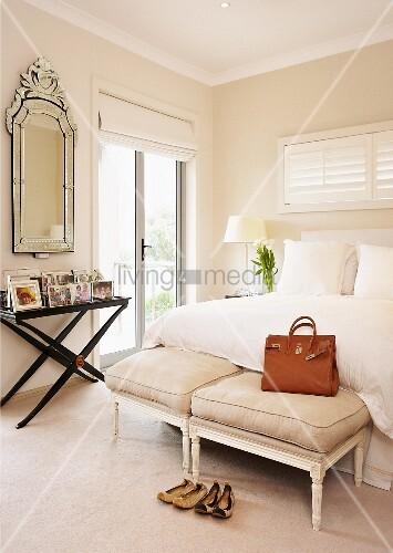 bank im rokoko stil mit polstern und ledertasche am bettende eines doppelbettes und wandtisch. Black Bedroom Furniture Sets. Home Design Ideas