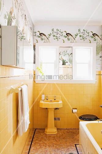 vintage bad mit standwaschbecken vor gelben wandfliesen dar ber schablonenmalerei mit. Black Bedroom Furniture Sets. Home Design Ideas