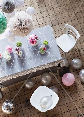 romantisch dekorierter esstisch mit verschiedenen. Black Bedroom Furniture Sets. Home Design Ideas