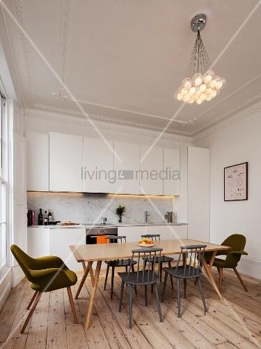 schlichte wei e einbauk che in renoviertem altbau mit dielenboden e platz im retrostil und. Black Bedroom Furniture Sets. Home Design Ideas