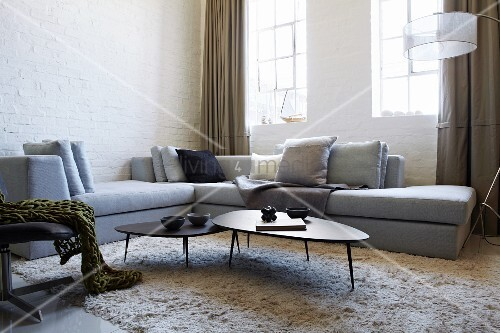 hellgraues sofa bereck und couchtisch set im fiftiesstil auf flokatiartigem teppich in. Black Bedroom Furniture Sets. Home Design Ideas