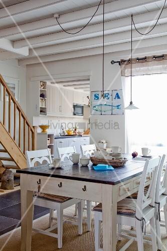 rustikaler esstisch und weisse holzst hle in offenem. Black Bedroom Furniture Sets. Home Design Ideas