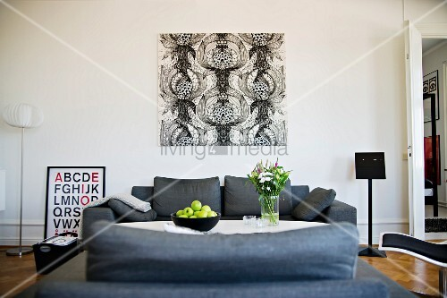 blick ber graue sofagarnitur an wand bild mit schwarz. Black Bedroom Furniture Sets. Home Design Ideas