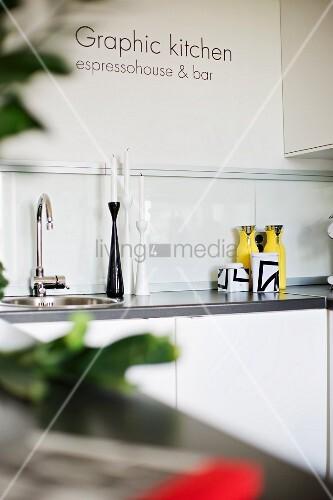 Küchenzeile Spülbecken ~ ausschnitt einer küchenzeile mit spülbecken, seitlich