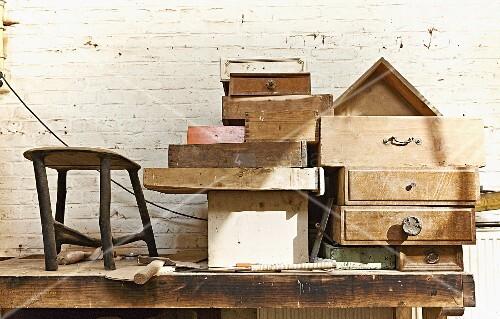 verschiedene alte holz schubladen auf werkbank gestapelt vor geweisselter ziegelwand bild. Black Bedroom Furniture Sets. Home Design Ideas