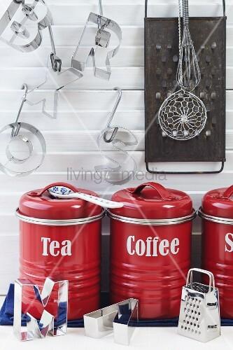 k chendekoration mit roten vorratsdosen f r tee und kaffee buchstaben ausstecher und. Black Bedroom Furniture Sets. Home Design Ideas