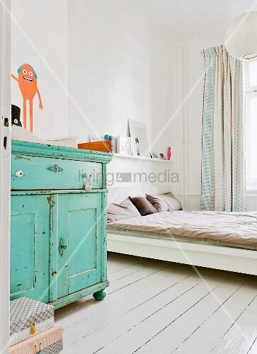 schlafraum im shabbystil mit t rkisfarbener wickelkommode und weiss lackierter dielenboden am. Black Bedroom Furniture Sets. Home Design Ideas