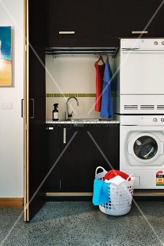 minimalistische waschk che mit waschmaschine und trockner bild kaufen living4media. Black Bedroom Furniture Sets. Home Design Ideas