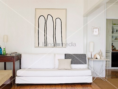 weisse minimalistische couch vor wand mit gerahmtem bild. Black Bedroom Furniture Sets. Home Design Ideas