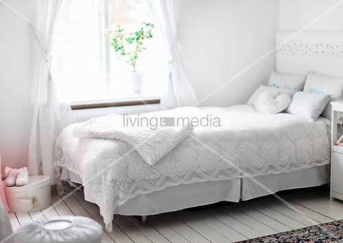 spitze tagesdecke in weiss auf bett vor fenster in l ndlichem ambiente bild kaufen living4media. Black Bedroom Furniture Sets. Home Design Ideas