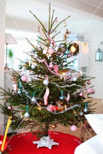 geschm ckter weihnachtsbaum auf rotem teppich bild. Black Bedroom Furniture Sets. Home Design Ideas