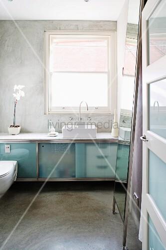 blick in minimalistisches bad auf waschtisch mit satinierten glast ren vor fenster bild kaufen. Black Bedroom Furniture Sets. Home Design Ideas