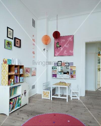 kinderzimmer mit regalen kleinem tisch und sitzbank bild kaufen living4media. Black Bedroom Furniture Sets. Home Design Ideas