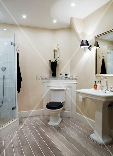traditionelles bad stand wc mit sp lkasten vor holzpaneel in zimmerecke seitlich. Black Bedroom Furniture Sets. Home Design Ideas