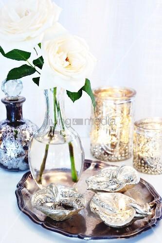 silbertablett mit blattf rmigen sch lchen und vase mit weissen rosen bild kaufen living4media. Black Bedroom Furniture Sets. Home Design Ideas