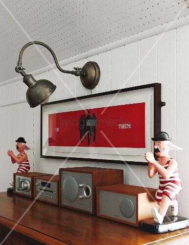 Stereoanlage vor gerahmtem Bild und Vintage ...