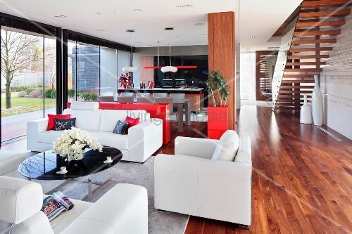 weisse ledersofa garnitur um coffeetable mit schwarzer. Black Bedroom Furniture Sets. Home Design Ideas