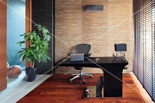 moderner schwarzer schreibtisch mit auskragender platte seitlich jalousie am fenster. Black Bedroom Furniture Sets. Home Design Ideas