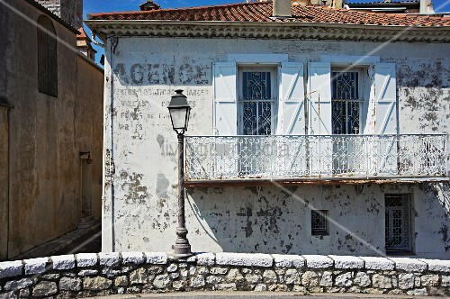 Mediterranean house with weathered facade and white for Low balcony wall