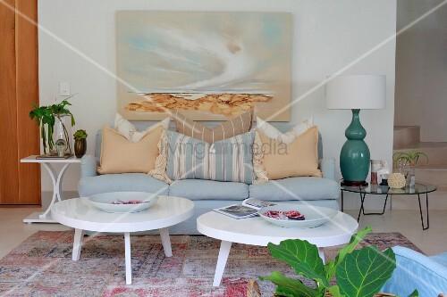 zwei couchtische mit weisser amorpher tischplatte und. Black Bedroom Furniture Sets. Home Design Ideas