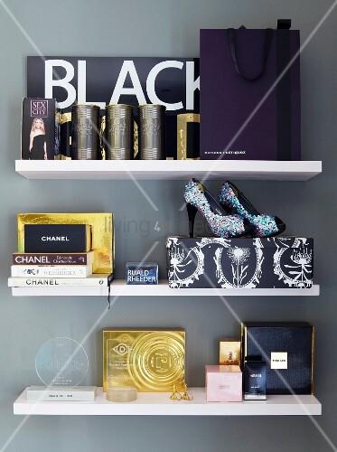 verschiedene parfum und damen accessoires an weissen. Black Bedroom Furniture Sets. Home Design Ideas