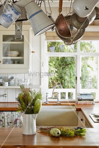 tropische pflanzen in weissem porzellankrug auf. Black Bedroom Furniture Sets. Home Design Ideas