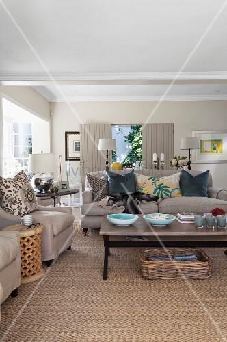 Polstersofa Und Sessel Um Couchtisch Auf Sisalteppich Im Wohnzimmer Mit Naturfarben