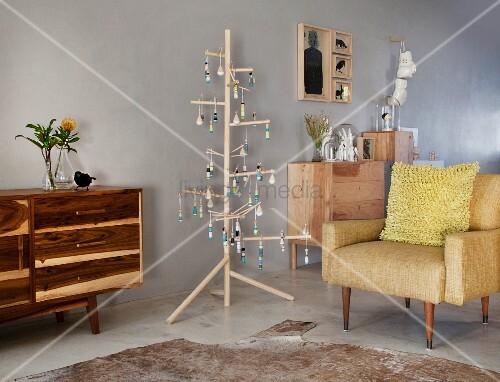 skandinavisch puristisches wohnzimmer mit holzm beln und stilisiertem weihnachtsbaum aus holz. Black Bedroom Furniture Sets. Home Design Ideas