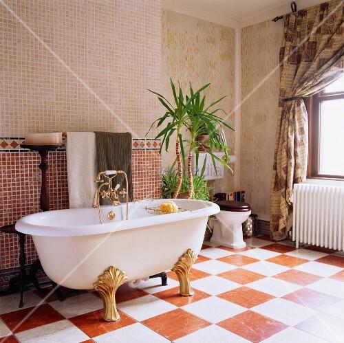 freistehende badewanne mit goldenen füssen auf, Hause ideen