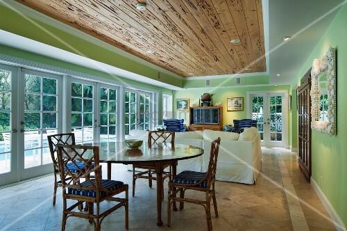 langgestreckter wohnraum mit holzdecke sitzbereich esstisch front aus glast ren zur terrasse. Black Bedroom Furniture Sets. Home Design Ideas