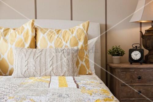 Bett mit tagesdecke kopfkissen gestricktem dekokissen for Bett tagesdecke