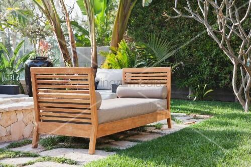 gepolsterte sitzbank aus holz im garten bild kaufen. Black Bedroom Furniture Sets. Home Design Ideas