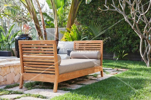 gepolsterte sitzbank aus holz im garten bild kaufen living4media. Black Bedroom Furniture Sets. Home Design Ideas