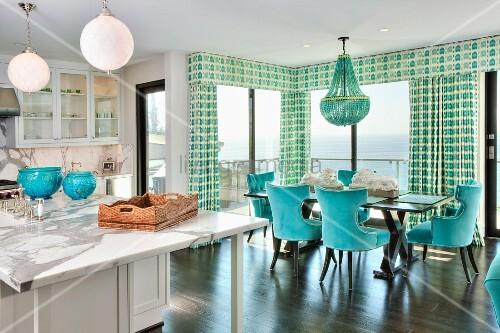 offene weisse k che mit t rkisfarbener essecke vor fensterfront mit gardinen meerblick bild. Black Bedroom Furniture Sets. Home Design Ideas