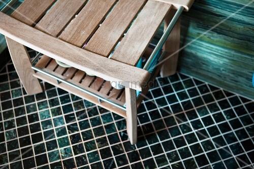 holzbank auf mosaikboden in badezimmer bild kaufen living4media. Black Bedroom Furniture Sets. Home Design Ideas