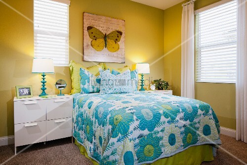 schlafzimmer in gr n blaut nen mit bett tagesdecke nachtschr nkchen wandbild bild. Black Bedroom Furniture Sets. Home Design Ideas