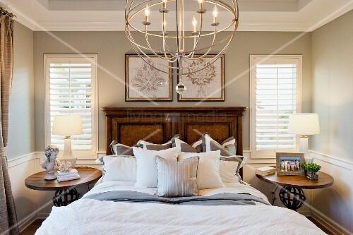 kronleuchter mit elektrischen kerzen in schlafzimmer mit. Black Bedroom Furniture Sets. Home Design Ideas
