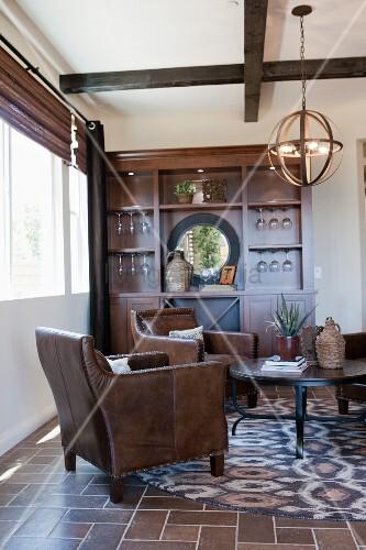 Wohnzimmer in braunt nen mit fliesenboden ledersesseln rundem couchtisch und wandschrank - Wandschrank wohnzimmer ...