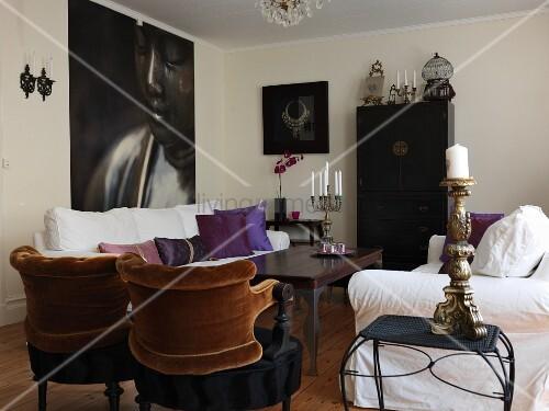 wohnzimmer mit hussensofas und postmodernen sesseln vor. Black Bedroom Furniture Sets. Home Design Ideas