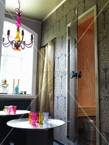 orientalische atmosph re mit bunten gl sern und tapete vor. Black Bedroom Furniture Sets. Home Design Ideas