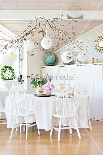 weiss lackierte holzst hle um tisch mit tischdecke vor. Black Bedroom Furniture Sets. Home Design Ideas