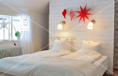 Schlafzimmer unterm Dach mit Stauraum hinter einer Rückwand mit ...